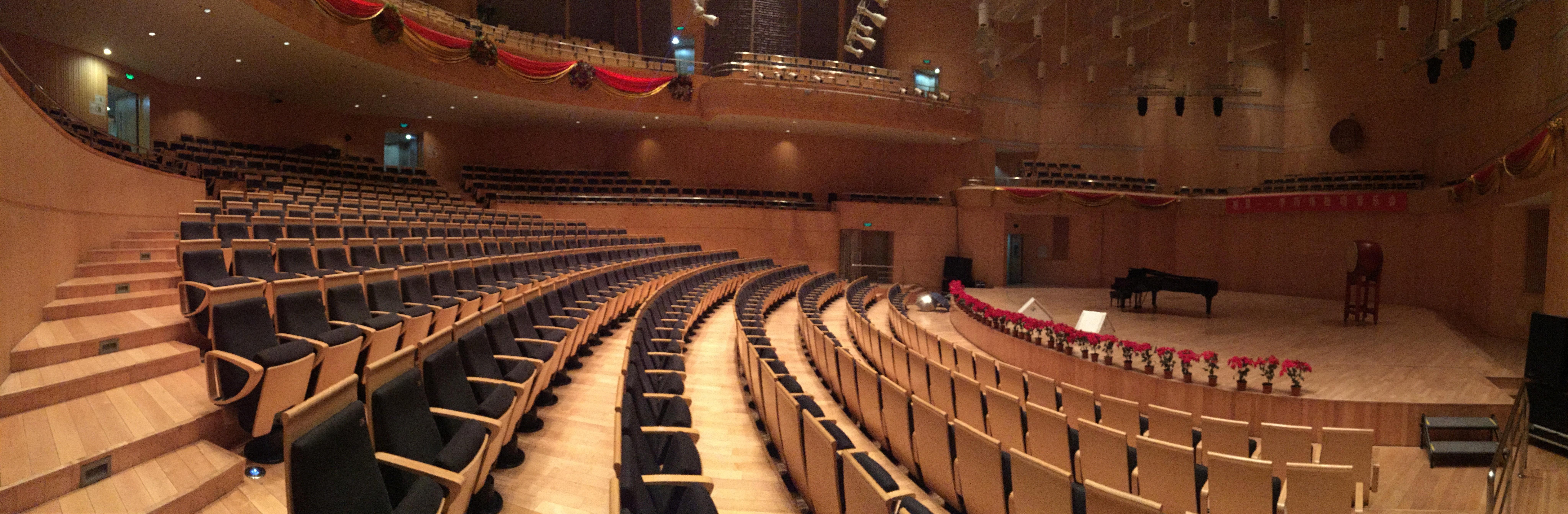 Konzertsaal mit Bühne und Flügel